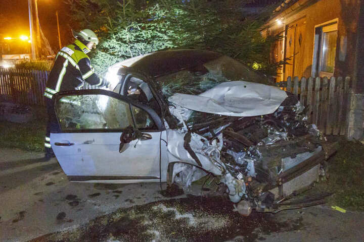 Das Auto wurde bei dem Crash heftig demoliert.