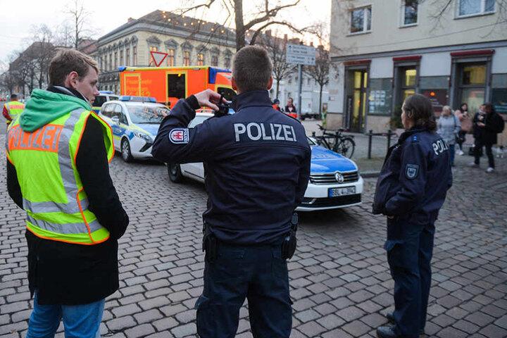 Polizisten sperren am Freitag die Straßen um einen Weihnachtsmarkt in der Potsdamer Innenstadt ab.