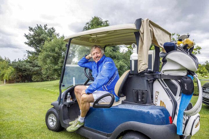 Kult-Moderator Werner Schulze-Erdel (66) ließ es langsam angehen und machte es sich kurz im Golfcart gemütlich.