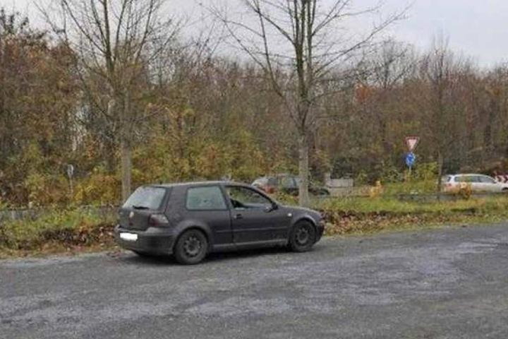 Das Opfer saß auf dem Fahrersitz eines schwarzen VW Golf und wies Schussverletzungen auf.