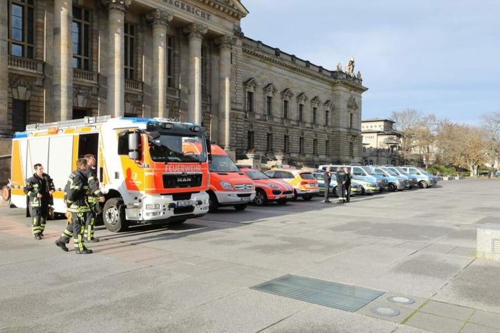 Vor dem Bundesverwaltungsgericht stehen weitere Einheiten von Polizei und Feuerwehr in Bereitschaft.