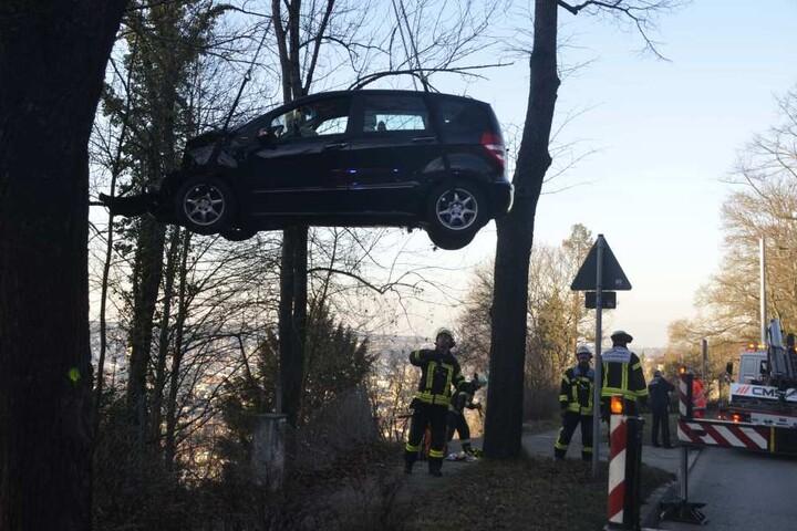 Der Kran musste das Auto vom Abhang bergen.