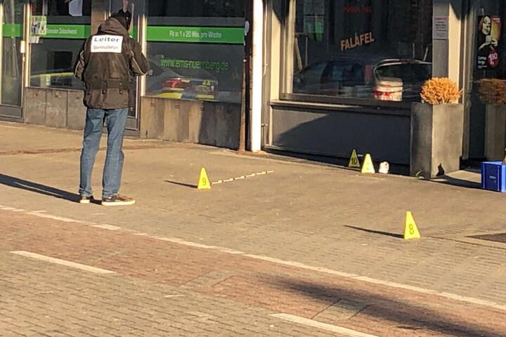 Die junge Frau wurde von einem Mann mit einem Messer mitten in der Stadt angegriffen.