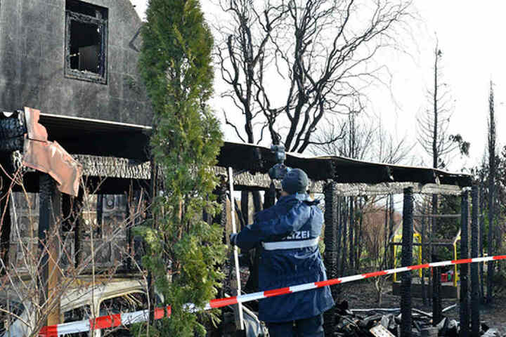 Am Carport, im Bereich des Autos und der Mülltonnen, war der Brand ausgebrochen.