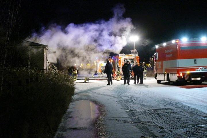 Die Feuerwehr löschte den Brand auf dem Bahngelände und machte in der ungenutzten Baracke eine grausige Entdeckung.