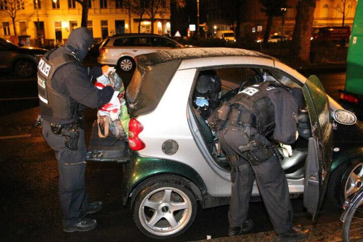 Insgesamt sind 180 Kräfte im Einsatz, teilte die Polizei auf Twitter mit.