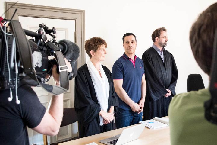 Der frühere SPD-Bürgerschaftsabgeordnete Bülent Ciftlik mit seinen Anwälten Gabriele Heinecke (links) und Florian Melloh beim Prozess im Mai 2017.