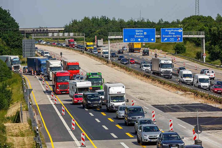 Stau vor der Baustelle führt ständig zu Unfällen, weil die Autofahrer oft zu schnell in der Annäherung sind.