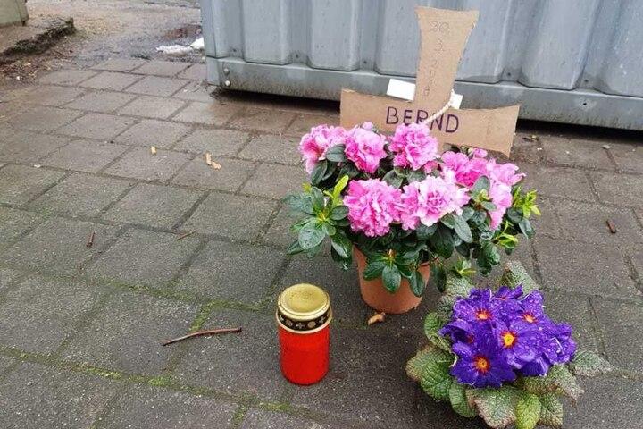 Mit einem Kreuz aus Pappe wird dem verstorbenen Bernd am Neumarkt gedacht.