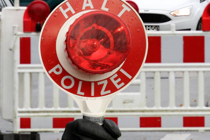 Die Fahrbahnen wurden von der Polizei gesperrt (Symbolbild).