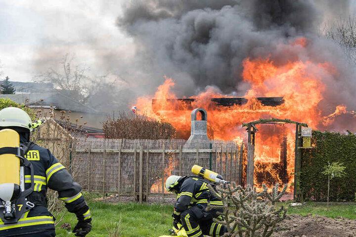 Als die Feuerwehr eintraf, stand die Laube in Vollbrand.