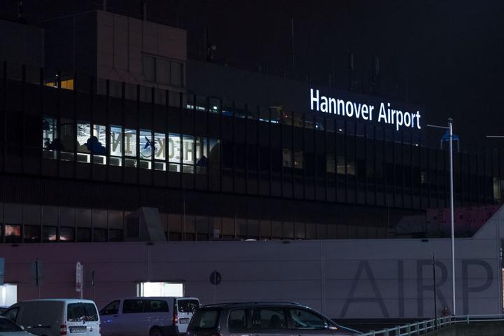 Am Flughafen in Hannover wurde am späten Abend ein verdächtiges Paket gefunden, der Airport musste daraufhin gesperrt werden.