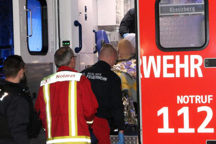 Als die Rettungskräfte eintrafen, hatten zwei junge Männer den Mann bereits aus der Spree gezogen.