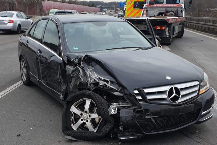 Der Reifen und die Radaufhängung des Mercedes wurden völlig verbogen.