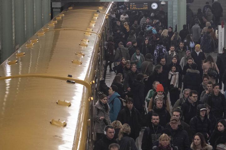 Bilder, die man vermeiden will: Die BVG will fast minütlich sämtliche U-Bahnen verkehren lassen.