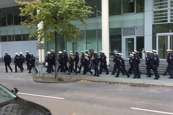 Einsatzkräfte der Polizei im Sperrbereich Frankfurt-Westend.