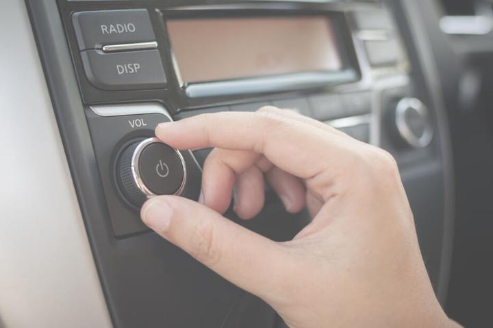 Der Unfallfahrer hatte den Crash wegen der lauten Musik in seinem Auto nicht bemerkt. (Symbolbild)