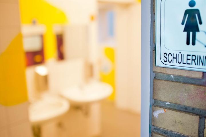 Die maskierte Person soll sich auf den Schultoiletten eingeschlossen haben. (Symbolbild)