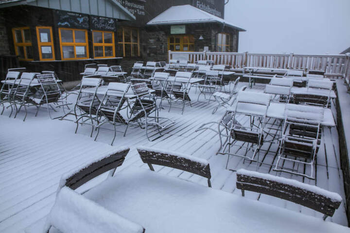 Schon am Donnerstagnachmittag lag eine leichte Schneedecke auf dem Fichtelberg.