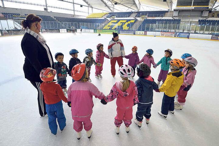 Für sie ist jetzt schon Winter: Eine Kinder-Trainingsgruppe übt fleißig im Chemnitzer Eissportzentrum.