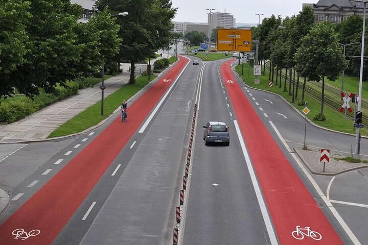 Zukunftsmusik: die Albertstraße mit zwei Radspuren. Die Spur links (vom Carolaplatz zum Albertplatz) wäre zuerst gebaut worden.