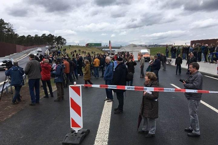 Kurz vor 15 Uhr durften die ersten Autos über das neue Teilstück der A33 fahren.
