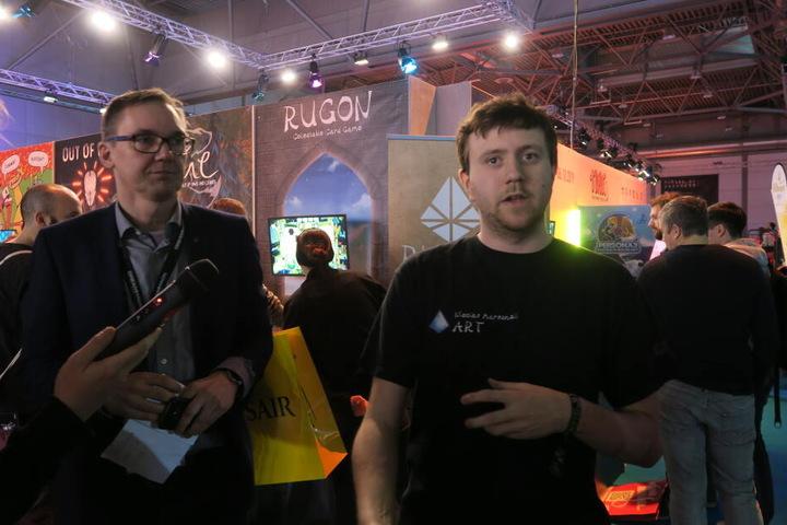 """Nicolas Marschall (r.) von Glaucus Games bei der Vorstellung des neuen Indie-Spiels """"Rugon""""."""