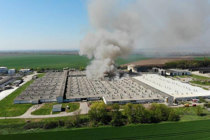 Die Feuerwehr ist derzeit noch mit den Löscharbeiten beschäftigt. In der Anlage sollen sich etwa 60.000 Schweine befinden.