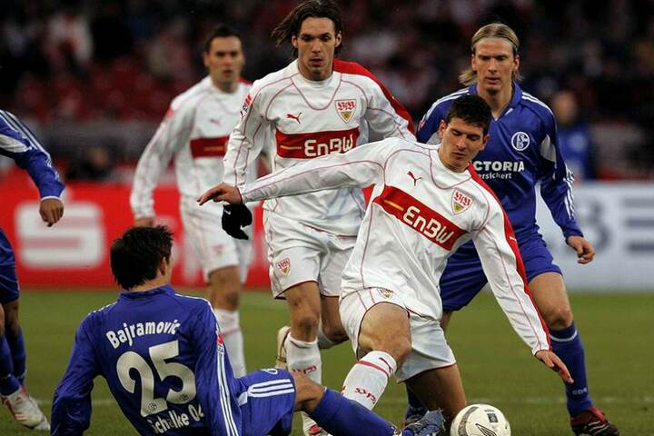 17. Dezember 2005, Bundesliga-Spiel gegen Schalke 04: Mario Gomez (vorn/weißes Trikot) und Christian Tiffert zusammen in der Mannschaft des VfB Stuttgart.