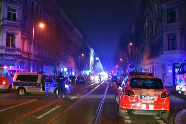 Die Strecke auf der Eisenbahnstraße blieb bis in die frühen Morgenstunden komplett abgeriegelt.