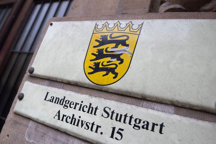 Das Schild hängt vor dem Landgericht in Stuttgart.