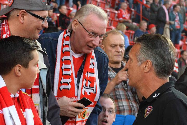 Dynamo-Trainer Uwe Neuhaus (r.) traf bei Union viele alte Bekannte und Freunde wieder.
