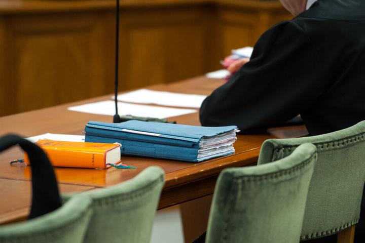 Unterlagen liegen im Landgericht Lüneburg auf einem Tisch. (Archivbild)