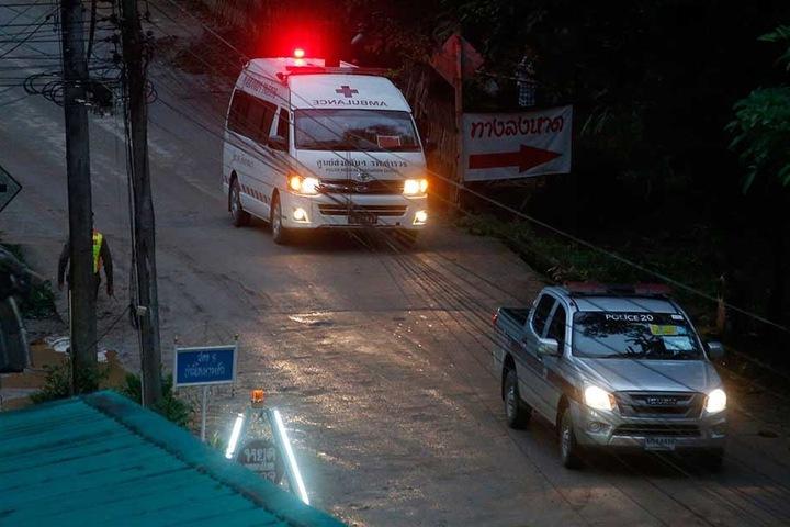 Zwei Kinder wurden mit einem Krankenwagen in die Klinik gefahren. Ihr Zustand soll sehr schlecht sein.