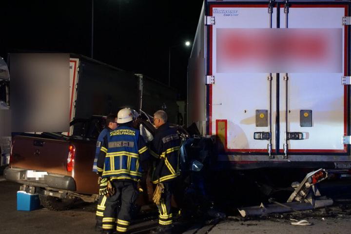 Feuerwehrleute an der Unfallstelle.