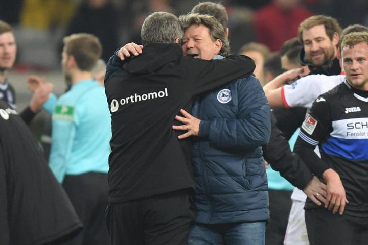 Jeff Saibene (r.) gratulierte Fortuna-Trainer Friedhelm Funkel nach dem Spiel.