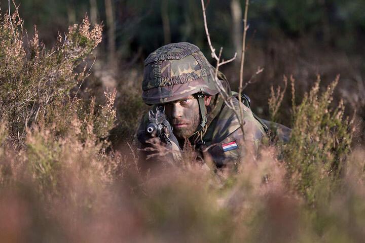Die Holländer kamen 2016 gleich zweimal zum taktischen Üben: Ein Soldat der niederländischen Armee liegt angespannt im Oberlausitzer Sand im Anschlag.