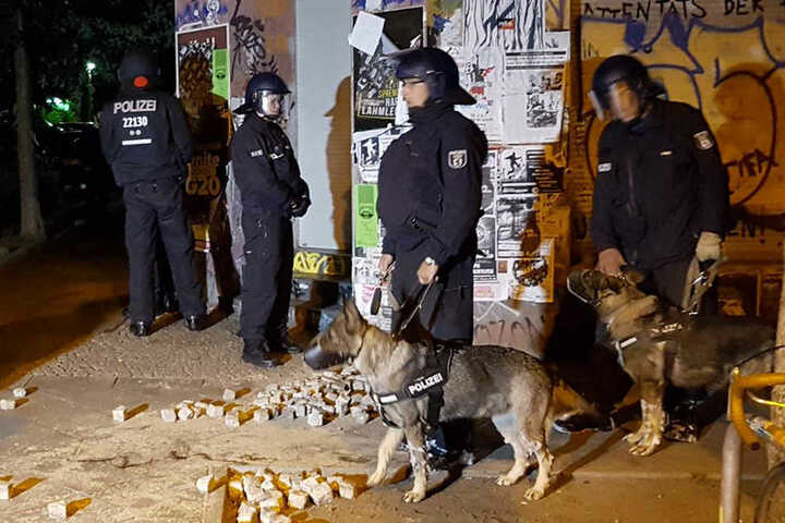 Die Beamten wurden mit Pflastersteinen und Flaschen beworfen.