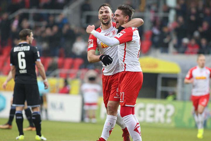 Jonas Nietfeld (r.) fühlt sich beim SSV Regensburg pudelwohl. Hier bejubelt er mit Benedikt Gimber einen Treffer.