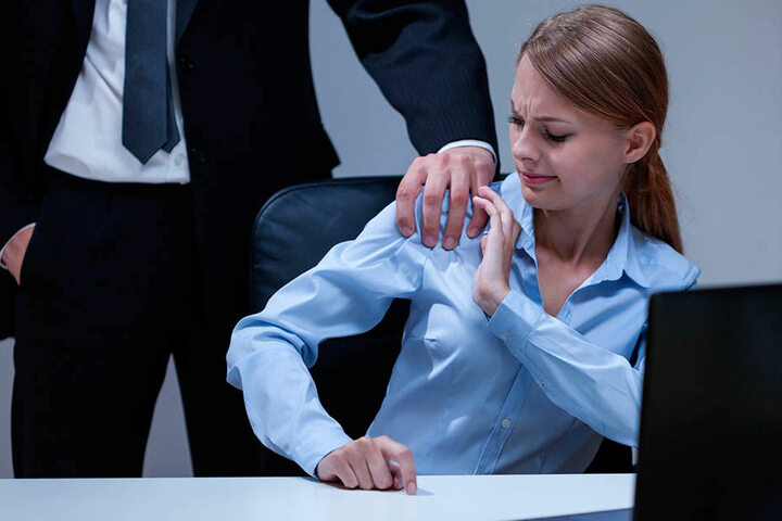 Sie sind im Recht: Sexuelle Belästigung mit körperlicher Berührung kann seit  November 2016 mit einer Geldstrafe oder bis zu zwei Jahren Haft bestraft werden  (§ 184i StGB). In Bautzen wurde im Mai ein Po-Grapscher zu vier Monaten  Gefängnis verurteilt.