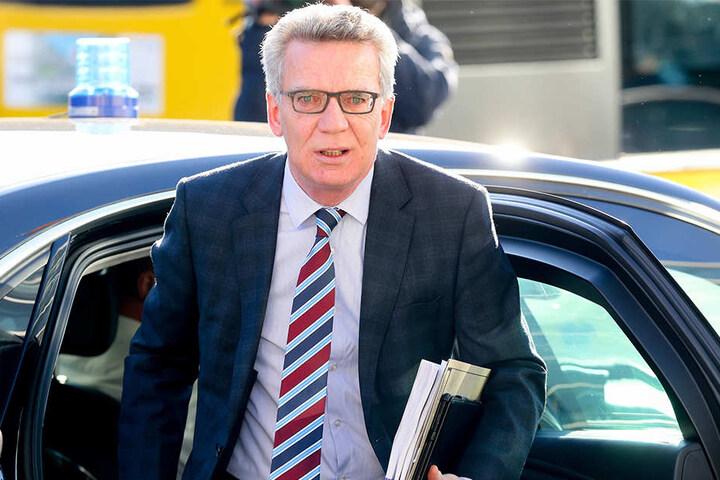 Bundesinnenminister Thomas de Maizière zollt Stanislaw Tillich Respekt.