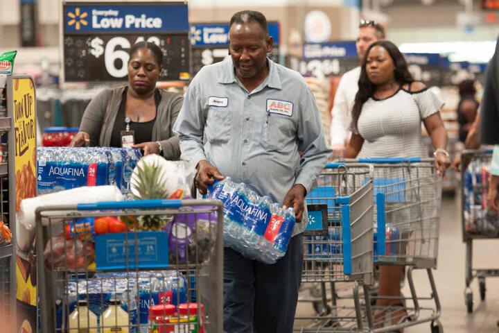 Kunden eines Supermarkts kaufen Vorräte ein. Für mindestens eine Woche soll vorgesorgt werden, so der Gouverneur Ron DeSantis (40).
