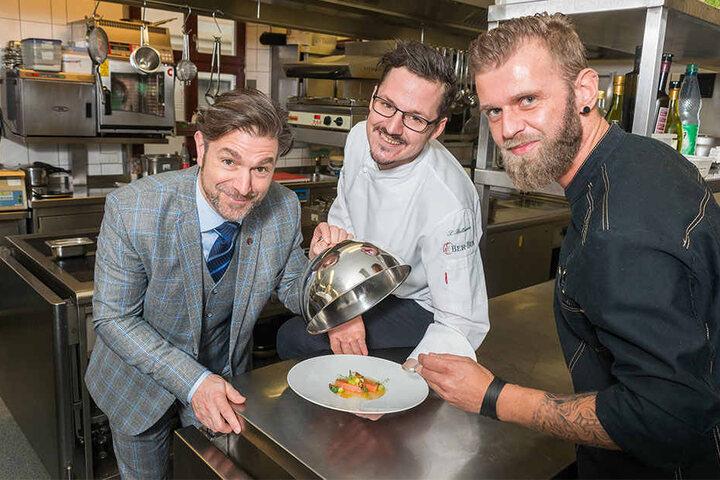 Kochsternstunden-Veranstalter Clemens Lutz (47, l.) freut sich mit Bülow-Palais-Koch Sebastian Bellmann (29) und finesse-Koch Elvis Herbek (36, r.) auf den kulinarischen Frühling im Bülow Palais.