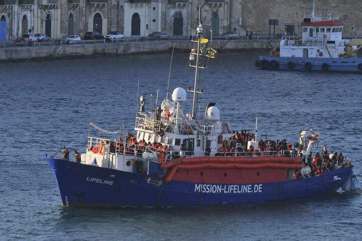 """Das Flüchtlings-Rettungsschiff der deutschen Hilfsorganisation """"Lifeline"""" erreicht den Hafen von Valletta."""
