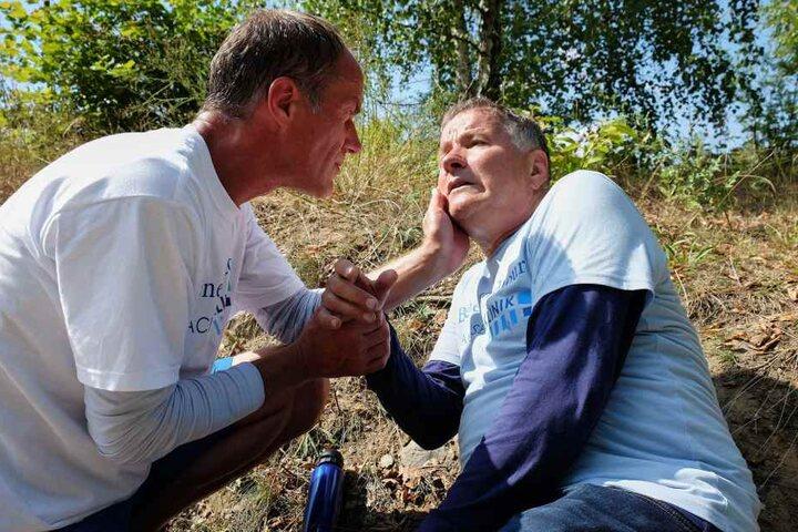 Dr. Roland Heilmann geht es hundeelend: er hat eine Fischvergiftung. Doch sowohl sein Telefon als auch das seines Freundes Dr. Achim Kreutzer (Holger Daemgen, l.) funktioniert nicht und beide wissen nicht, wo sie sind.