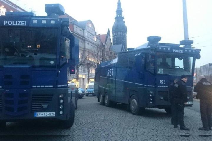 Die Polizei will Montagabend mit mehreren Hundertschaften die Lage in Leipzig unter Kontrolle behalten.