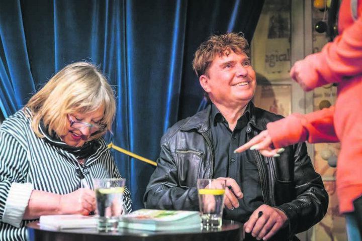"""DDR-Star Frank Schöbel (76) und """"Lütte"""" Angelika Mann (69) signierten nach der Vorstellung die neue Doppel-CD """"Die Legende vom heißen Sommer""""."""