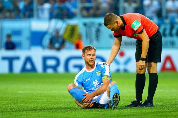 Tobias Müller kämpfte wie seine Mitspieler bis zum Umfallen, bekam in dieser Szene sogar Trost von Schiedsrichter Robert Kampka.