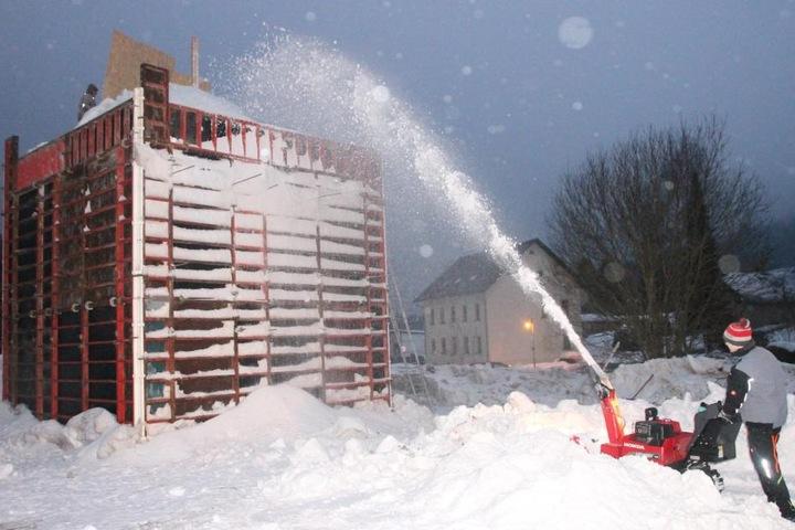 """Elf Tage lang haben die Carlsfelder für ihre """"Schnapsidee"""" den Schnee aufgetürmt."""