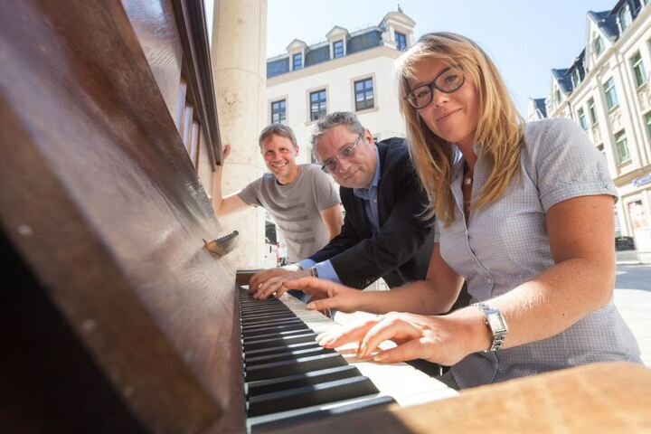 Auch Stadtmanagerin Anne Klüglich (35) versuchte sich als Pianistin, unterstützt von Klavierlehrer Thomas Unger (55) und Initiator Klaus Bayer (49).